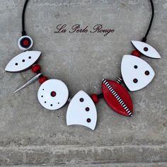 Collier pâte polymère rouge et blanc, perles fraisées et lustrées.