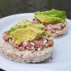 Tun med hytteost på bund af riskiks, toppet med avocado.