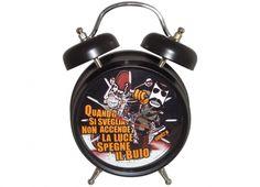Orologio sveglia da tavolo con finiture cromate nere e quadrante con sfondo nero della linea Chuck N. sveglia con suono elettronico che illumina il fanale della moto quando suona, suona come il motore di una moto...WROOM WROOM