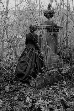 An average 200 square foot overflowing graveyard could contain anywhere between bodies during the height of cemetery overcrowding in the Victorian era. Cemetery Angels, Cemetery Statues, Cemetery Headstones, Old Cemeteries, Cemetery Art, Graveyards, Angel Statues, Dark Side, Post Mortem