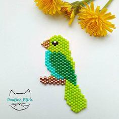 Encore un oiseau! Ni une perruche, ni un perroquet, mais qu'est ce donc?  sinon, on ne voit pas bien mais sa patte est dorée.  #jenfiledesperlesetjassume #miyukibeads #miyuki #bird #oiseau #perleaddict #beadwork  #motifpauline_eline #brickstitch