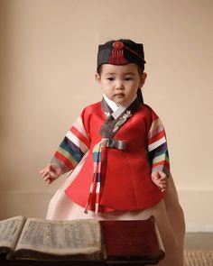 Korean Traditional Dress, Traditional Fashion, Traditional Dresses, Korean Dress, Korean Outfits, Teen Fashion, Korean Fashion, Modern Hanbok, Korean Design
