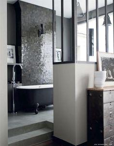Salle de bain sobre et #chic ! #sdb http://www.m-habitat.fr/baignoire/formes-de-baignoires/notre-selection-des-plus-belles-baignoires-ilots-40_R