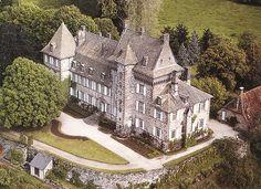 Le château de Saint-Chamant La commune de Saint-Chamant (Cantal) abrite un château du XVe siècle. Dominant la vallée de la Bertrande, dans le Parc Naturel Régional des Volcans d'Auvergne, la seigneurie de Saint-Chamant est mentionnée dès le XIVe siècle en 1332 avec, pour propriétaires successifs, les familles de Lagarde et de Prallat.