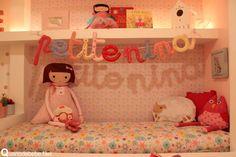 quarto de menina vermelho e amarelo