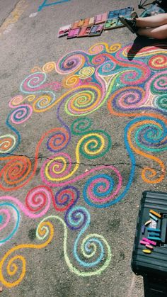 Sidewalk Art Design Street Art, We're sharing an Easy Sidewalk Chalk Art project that everyone can do. This Mosaic Sidewalk Chal, 3d Chalk Art, Chalk Wall, Chalk Art Quotes, Doodle Challenge, Fred Instagram, Chalk Design, Sidewalk Chalk Art, Chalkboard Art, Body Painting