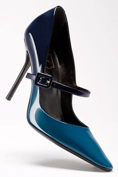 Roger Vivier- i really really like these. Maybe not the extreme pointiness, but the colour and class Fab Shoes, Pretty Shoes, Crazy Shoes, Beautiful Shoes, Cute Shoes, Me Too Shoes, Roger Vivier, Zapatos Shoes, Shoes Sandals