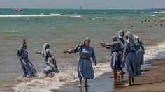 Burkiniverbot: Die Nonnen am Strand baden nicht wirklich. Dennoch löste das Bild…