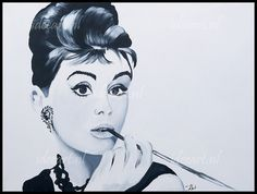 Modieus retro meisje dat lange sigaret rookt