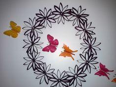 Cadre en rouleaux de papier toilette et papillons en bouteille plastique