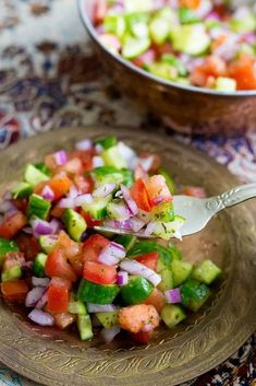 Salad Shirazi is a light and easy Persian salad that is a delicious alternative to the usual side dishes. Its refreshing healthy and easy. Healthy Menu, Healthy Salad Recipes, Vegan Recipes, Vegan Food, Delicious Recipes, Healthy Eating, Healthy Foods, Persian Salad, Persian Cucumber