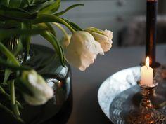 Mansikkatilan mailla: Kukkailottelua tulppaaneilla Marimekko, Candle Holders, Vase, Candles, Table Decorations, Home Decor, Decoration Home, Room Decor, Porta Velas
