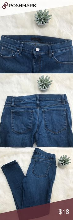 "Ann Taylor Relaxed Slim Skinny Jeans Size 2 Super cute Relaxed slim skinny jeans. Size 2. In great preworn condition. Inseam - 29.5"" Rise - 8"" Sorry, no trades. Ann Taylor Jeans Skinny"