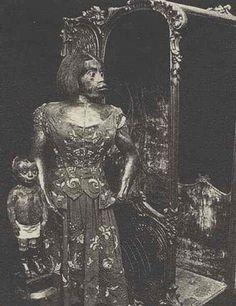 MÉXICO / 11 de febrero.  ABC * Los restos embalsamados de Julia Pastrana, conocida en el siglo XIX como la «mujer mono», llegaron ayer al noroeste de México, tras una larga lucha por la dignificación de su persona emprendida por la investigadora mexicana Laura Anderson.