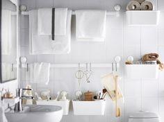 idées de rangement pratique dans la petite salle de bain blanche
