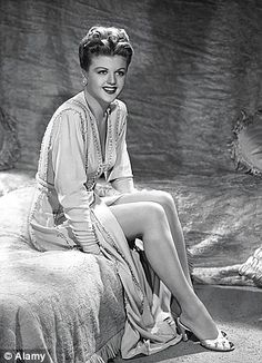 The Hollywood Living Legend: Look at the Beauty of Young Angela Lansbury From Between the and ~ vintage everyday Old Hollywood Stars, Hooray For Hollywood, Hollywood Icons, Old Hollywood Glamour, Golden Age Of Hollywood, Vintage Hollywood, Classic Hollywood, Hollywood Style, Hollywood Divas
