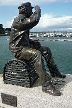 Le pêcheur du port de Quiberon. Bretagne Statue En Bronze, Bronze Sculpture, Sculpture Museum, Sculpture Art, Brittany France, Under The Shadow, Parcs, Outdoor Art, Public Art