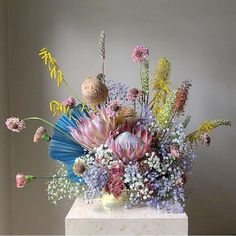 I have had a hankering for something weird, wild and wonderful in the floral department to mix it up. Art Floral, Floral Design, Dried Flower Arrangements, Dried Flowers, Ikebana, Floral Wedding, Wedding Flowers, Protea Wedding, Fleur Design