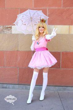 Character: Princess Peach / From: Nintendo's 'Super Mario Bros. Princess Peach Halloween Costume, Halloween Costumes For Girls, Halloween Cosplay, Cool Costumes, Fantasia Mario Bros, Fantasia Super Mario, Princesse Peach Cosplay, Cosplay Outfits, Cosplay Girls