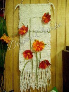 Mural a telar con flores de fieltro