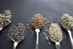 Manchmal kommen die besten Dinge in kleinen Paketen. Nährstoffreiche Samen werden endlich die Aufmerksamkeit erhalten, die sie verdienen. Vollgepackt mit gesunden Fetten, Eiweißen, Ballaststoffen und vielen Mineralen und Vitaminen, sind die folgenden sieben Super-Samen eine ideale Ergänzung zu den Mahlzeiten, um sicherzustellen, dass du eine ausgewogene Ernährung bekommst. 1. CHIA-SAMEN Die Samen der Chia sind … Weiterlesen »