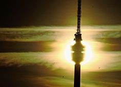 Auf dem  Fernsehturm  wird auch an heißen Tagen ein kühlendes Lüftchen wehen – im Gegensatz zur Innenstadt. Foto: dpa