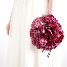 アンティーク感漂うワイン色の芍薬をキュッと束ねた、愛らしいブーケ。マットな質感、落ち着いた色合いは、レトロな雰囲気やビンテージ調がお好みの方にもおすすめ。赤 アンティーク ワインレッド  芍薬  クラッチブーケ ブートニアセット/シルクフラワー(造花)