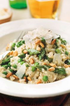 Perfekt für den Frühling und ganz einfach zu machen - unser Rezept für Spargelrisotto mit Erbsen, Pinienkernen und Grana Padano.