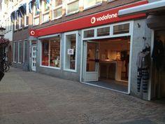 De voorgevel is erg opvallend en strak. Er staat met grote duidelijke letters Vodafone met hun logo. Verder maken zij reclame voor hun organisatie door middel van reclame op televisie, de radio en met telefonische verkoop. Zo willen zij de verkoop van abonnementen bij Vodafone bevorderen. Ook willen ze naamsbekendheid krijgen en uitbreiden en zorgen voor een goed imago.