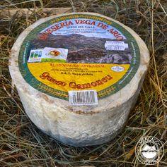 Queso Gamoneu del Valle D.O.P. Queso de 2 kg de peso aunque lo hay de más y menos peso, según se prefiera. Se trata de un queso azul con mayor curación que el resto de quesos azules asturianos. Elaborado co 3 leches ( vaca, oveja y cabra ) o de 2 leches. http://www.elmercadodelnorte.com/categoria-producto/quesos/