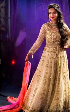 cream floor length anarkali, front slit silhouette, indian gown, cream gown, floor length outfit , sangeet outfit , one side hairstyle , long hair hairstyle , wavy hair hairstyle