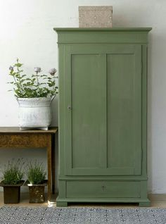Breathing new life into old furniture is particularly beautiful and leaves your heart . - Furnishing ideas - Breathe new life into old furniture is particularly beautiful and leaves your heart Breathe new lif - Old Furniture, Painted Furniture, Painted Armoire, Verde Vintage, Vintage Green, Metal Kitchen Cabinets, Cupboards, Milk Paint, Handmade Home Decor