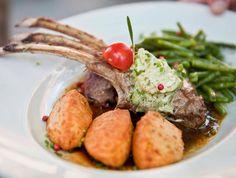 Die Lammfleischküche hält eine Vielfalt an Köstlichkeiten bereit. Die Keule liefert das Fleisch für einen wunderbaren Braten, die Schulter eignet sich zum Schmoren, der Hals gibt feine Ragouts und die Koteletts sind wahre Leckerbissen.