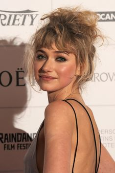 Imogen Poots Hairstyle, Makeup, Dresses, Shoes And Perfume Curly Hair With Bangs, Hairstyles With Bangs, Curly Hair Styles, Cool Hairstyles, Hair Inspo, Hair Inspiration, Imogen Poots, Hair Color Dark, Hair Transplant