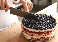 Deserturile fara coacere reprezinta cea mai avantajoasa modalitate de a savura o prajitura. Tortul cu zmeura, afine si mascarpone este racoros si absolut impresionant, atat ca si aspect cat si ca si gust. Iata reteta unui tort fara coacere, simplu de pregatit, care va fi cu siguranta pe placul familiei. Este o ... Cake Recipes, Dessert Recipes, Torte Recipe, Vegan Challenge, Vegan Meal Prep, Vegan Thanksgiving, Vegan Kitchen, Dessert Drinks, Food Cakes