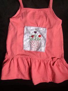 Vestido de criança com aplicação bordada