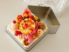 Etsy の Charlotte Cake Gorgeous Tin Box.  E008 by LeSurfDesign https://www.etsy.com/jp/shop/lesurfdesign