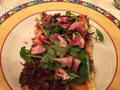 Paleo-Pizza mit Blumenkohl-Boden, Hackfleisch, getrockneten Tomaten, Speck und Rukola!