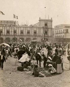 Mercado en el Zócalo, al fondo el Antiguo Palacio de la Municipalidad en 1908.