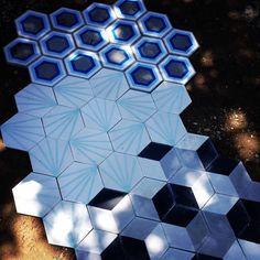 Diferentes diseños de hexagonal. Formato 20 x 20cm  Para más información enviar correo: laguna.mosaicos@gmail.com Celular: 3331893300 y 3333502623. #artesanal #lagunamosaicos #mosaico #pisos #tiles #tileaddiction #hexalove #hexagonal #colores #mexico #chapala #arquitectura #interiorismo #diseño #design #decoración by lagunamosaicos