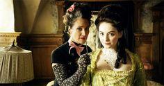 Justine del Corte et Maria Ehrich dans les rôles de Madame Rossini et de Gwendolyn dans le film Vert Émeraude (Smaragdgrün)