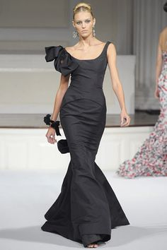 I'd love to wear this dress.. Even if it were 8 mins. down a runway.. wouldn't it just feel perfect.