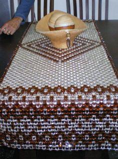 Caminho de mesa em pastilha de acrilico  medindo 1,70 x 0,70 R$420,00