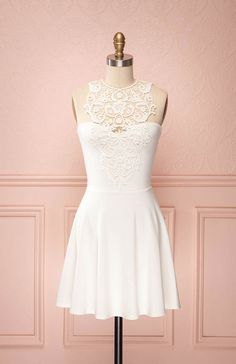 Zuri ♥ Le parfait mariage de l'innocence et de la séduction font de cette robe une pièce qui ne sera pas ignorée, où que vous alliez. The perfect blend of innocent and seductive makes this dress an attire that will not be overlooked, wherever you go.