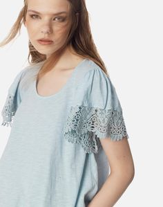 Μπλούζα με δαντέλα στο μανίκι T Shirt, Tops, Women, Fashion, Tee, Moda, Women's, La Mode, Shell Tops