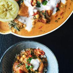{ vegansk og glutenfri } Jeg er ellevild med vegansk, indisk mad. Her er opskriften på indisk karrygryde med sweet potatoes fyldt med grønne proteiner.