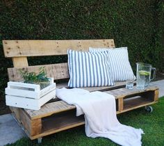 The best part of a DIY wood sofa is that you can customize it according to your taste and theme and color scheme of the room/garden. Wooden Pallet Projects, Pallet Crafts, Woodworking Projects Diy, Wooden Pallets, Pallet Sofa, Wood Sofa, Pallet Furniture, Outdoor Furniture Sets, Palette Diy