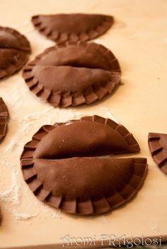Ravioli al cacao con ripieno di pere e gorgonzola Pasta Maker, Tortellini, Christmas Desserts, Gnocchi, Chocolate, I Foods, Finger Foods, Cacao, Food And Drink