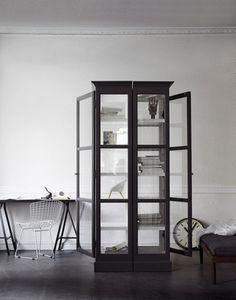 DIY - borde gå att fixa av gamla fönster. Inspo!  Lindebjerg Design V1 Vitrinskåp | Artilleriet | Inredning Göteborg
