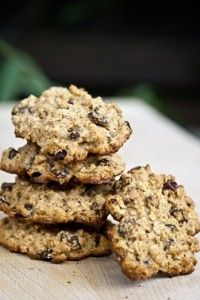 A fresh baked good while still being healthy? Sure! These Hearty Oatmeal Raisin Cookies have no cholesterol! #cleaneating #healthydesserts